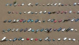 Nước nhấn chìm nhiều ô tô trong trận lũ lụt ở thành phố Greenley, bang Colorado, Mỹ ngày 14/9. Ảnh: Reuters