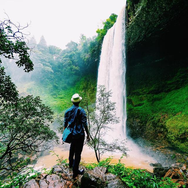 Dòng thác Đắk G'Lun trắng xóa chia thành hai nhánh lơ lửng trên vách đá tựa những dải lụa duyên dáng. Ảnh: hiepsicoi/instagram.