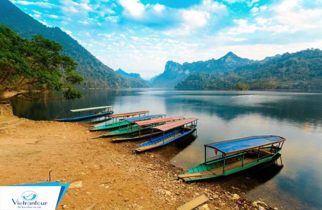 Nằm ở độ cao 150m so với mực nước biển, hồ Ba Bể dài hơn 8km, sâu khoảng 20 – 30m và trải rộng trên diện tích 500 ha